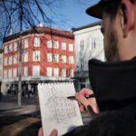 Fotografi av Olav Tokerud som sitter og skisser urbane motiver på Grünerløkka i Oslo.